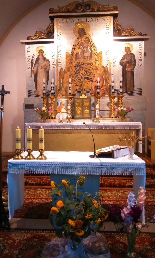 Ołtarz główny w kościele parafialnym